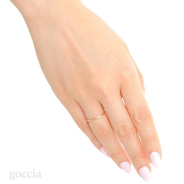 華奢な指輪を着用
