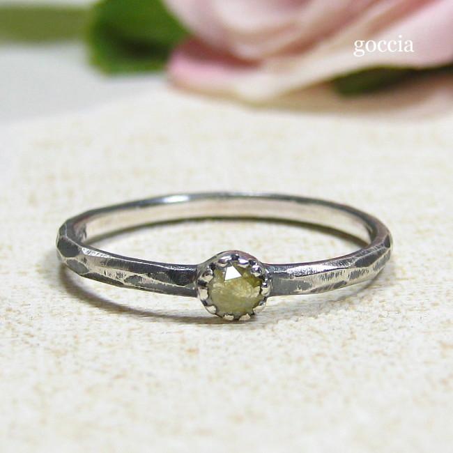 ローズカットダイヤは可愛らしく石留めしています