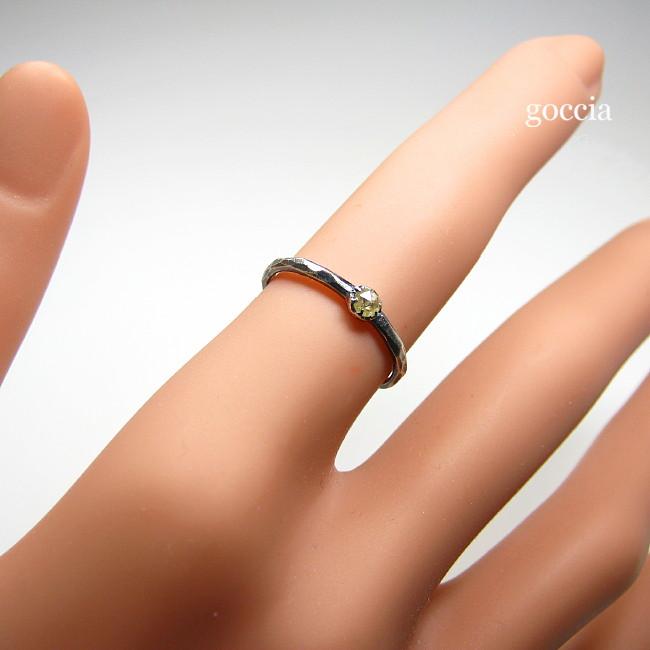 ローズカットダイヤのリングを着用してます。