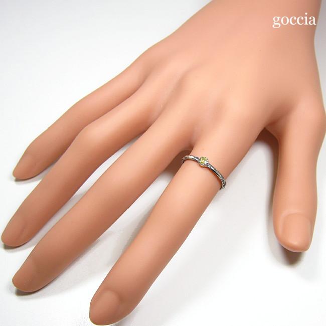 人差し指に着用。ローズカットダイヤモンドのリング。