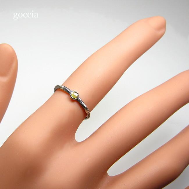 ローズカットダイヤモンドのリングを着用